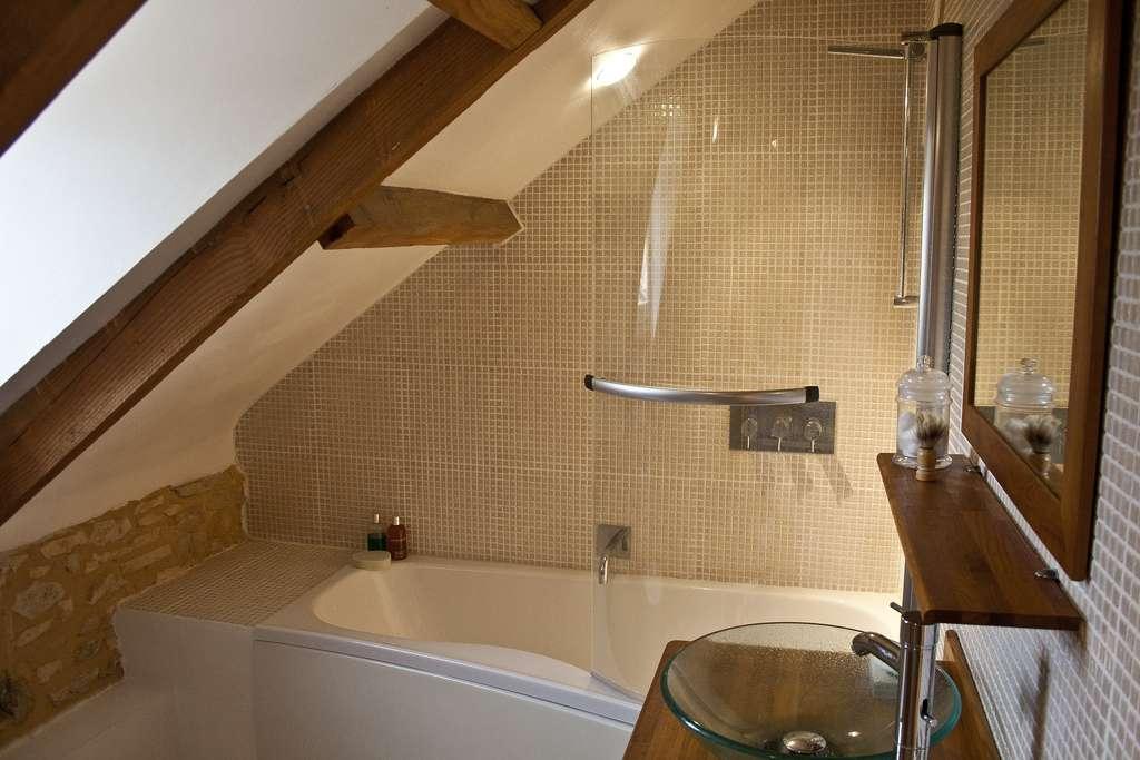 Idealna fototapeta do niewielkiej azienki jaka for Bathroom design under eaves